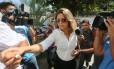 A mulher do embaixador grego, Françoise de SouzaOliveira, chega para prestar depoimento na Divisão de Homicídios da Baixada Fluminense