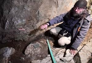 Cientista mostra a área em que foram encontrados restos humanos na caverna de Goyet Foto: EMMANUEL DUNAND / AFP