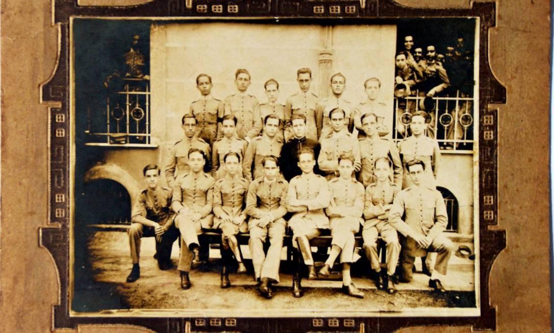 Ao centro, um aluno do Colégio Pedro II ainda traja o uniforme azul, enquanto os colegas estão de cáqui, cor predominante de 1917 até meados da década de 1950 Foto: Acervo NUDOM/Divulgação