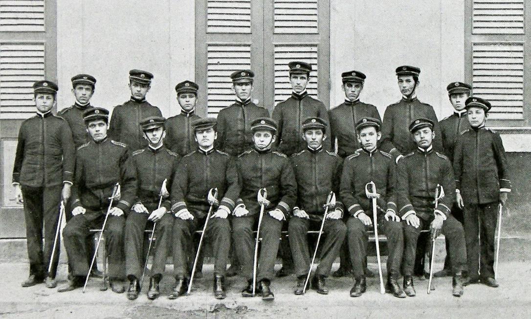 Em 1894, cinco anos após a Proclamação da República, as roupas dos estudantes do rebatizado Ginásio Nacional ganharam características militares Revista Internato - Acervo NUDOM/Divulgação