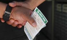 Apostador aguarda para jogar na Mega-Sena Foto: Edilsson Dantas / Agência O Globo