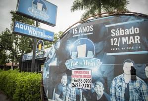Cartaz na porta do Bar do Meio anuncia show em março: casa, que tinha 15 anos, fechou em maio Foto: Analice Paron / Agência O Globo