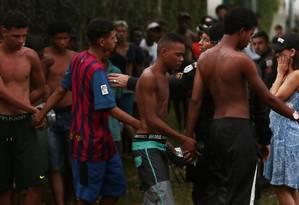 ARRASTÃO EM ÔNIBUS. Policiais cercam grupo suspeito de praticar roubos Foto: Thiago Freitas / Agência O Globo
