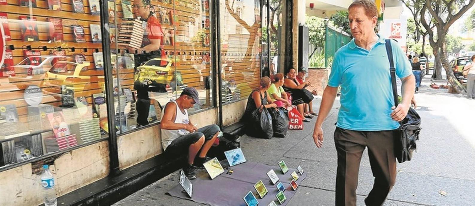 Paulo César Amêndola, caminha em Copacabana, ao lado de camelôs: ele quer pôr fim à desordem urbana Foto: Custódio Coimbra / Agência O Globo