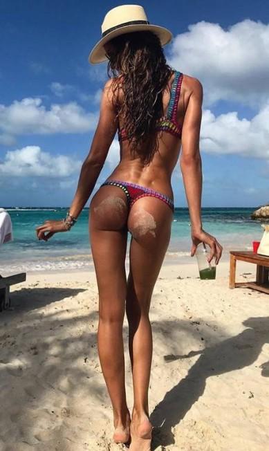Tem mania nova entre as modelos no Instagram. A moda agora é fazer fotos de costas de biquíni, colocando o bumbum em evidência. Aqui, a top Izabel Goulart faz pose em St. Barth Reprodução/ Instagram
