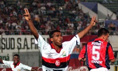 Romário comemora um de seus 204 gols com a camisa do Flamengo Foto: Jorge Adorno - Arquivo