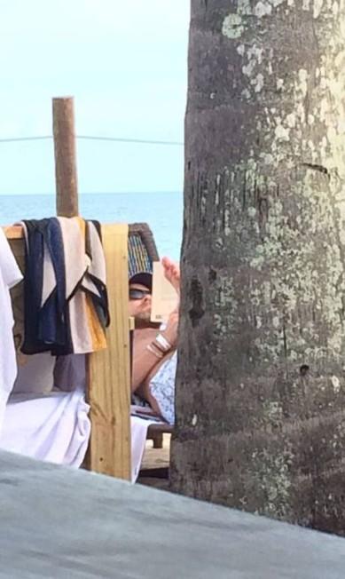 Trancoso é uma festa. Parece que todo mundo está na Bahia. Laís Ribeiro, Jasmine Tookes, Bianca Brandolini... Leonardo DiCaprio, por exemplo, foi flagrado na Praia do Rio Verde colocando a leitura em dia e batendo papo com amigos Coletiva Comunicação/ Divulgação