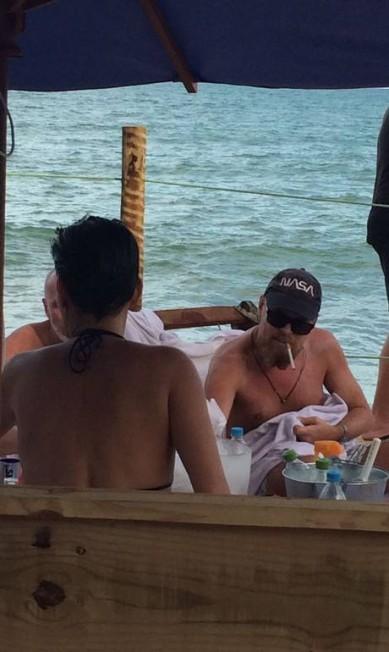 Leonardo DiCaprio está curtindo Trancoso com amigos Coletiva Comunicação/ Divulgação