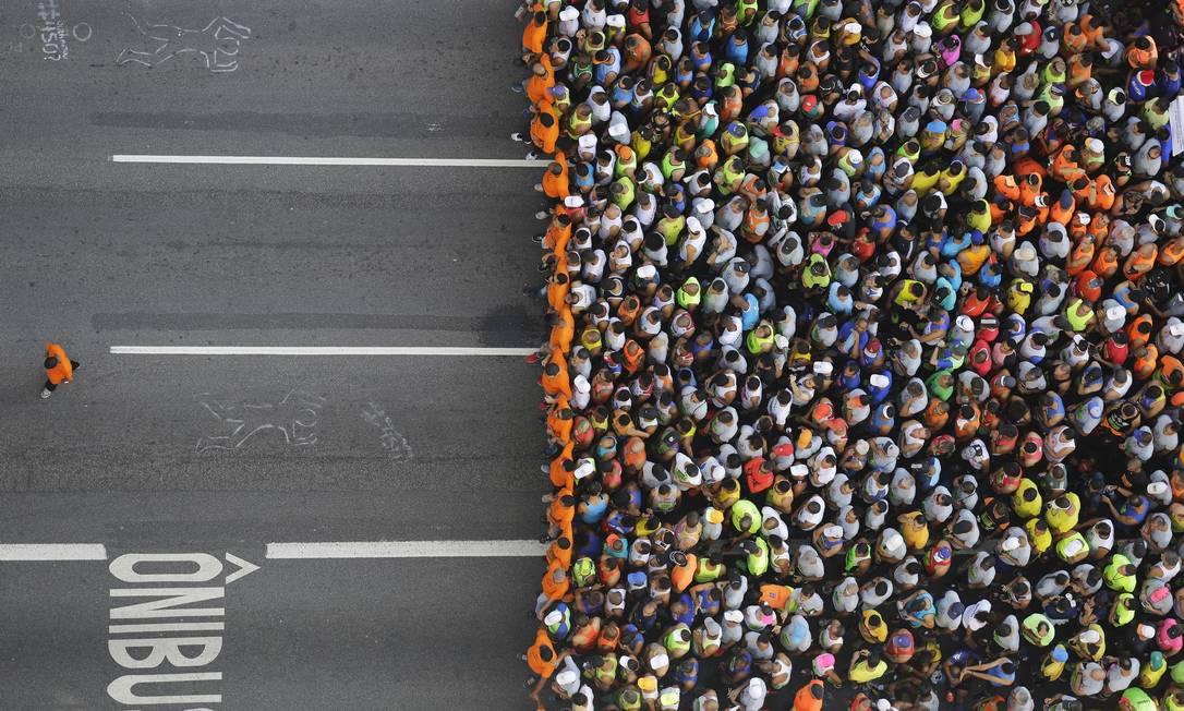 Corredores aguardam o iníco da prova de 15km nas ruas de São Paulo Nelson Antoine / AP