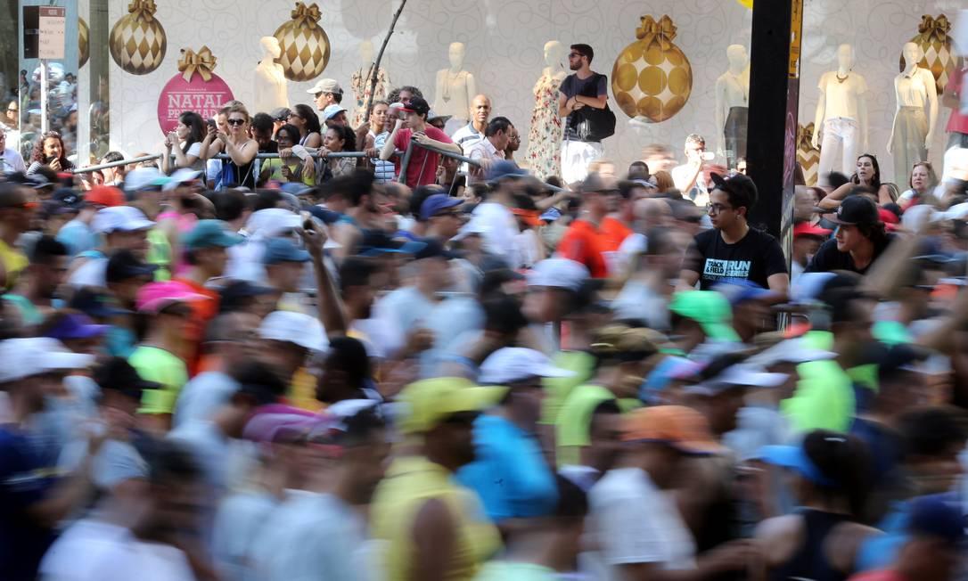 Participantes são vistos em uma foto de baixa velocidade após a largada PAULO WHITAKER / REUTERS