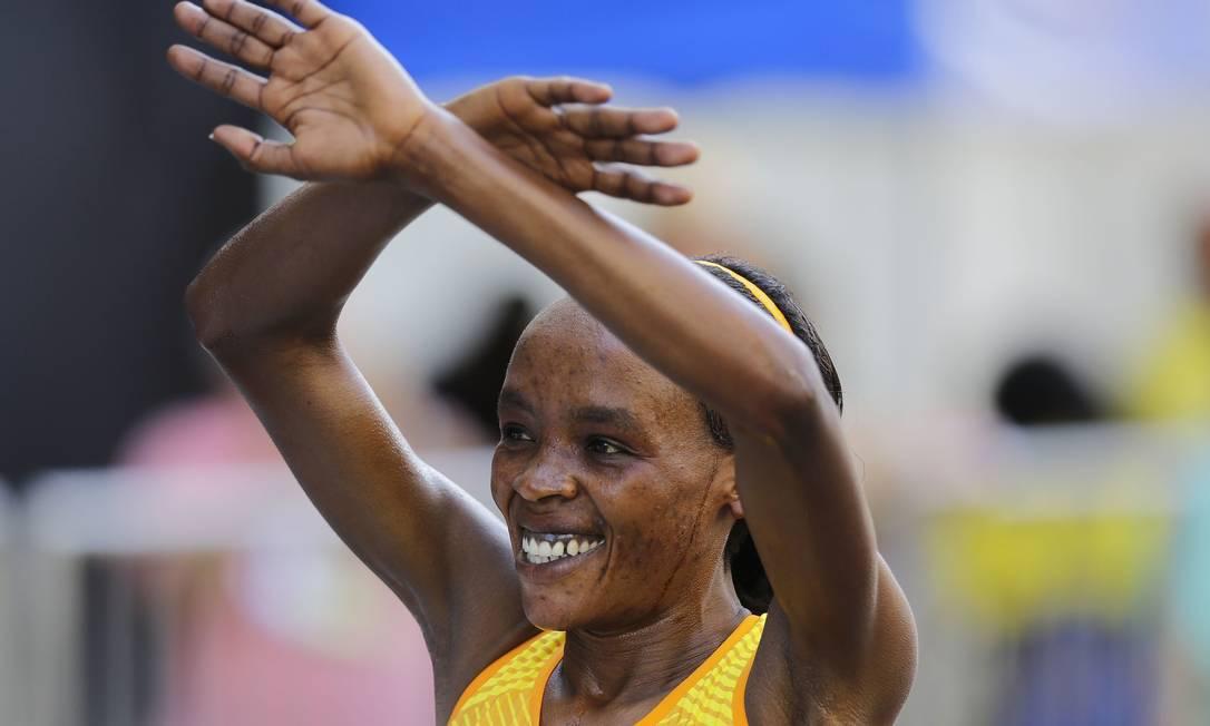 A queniana Jemima Jelagat Sumgong .festeja após vencer a prova. Ela também venceu a maratona na Olimpíada do Rio Nelson Antoine / AP