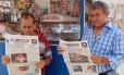 "Venezuelanos leem o jornal ""El Impulso"" em banca de jornal"