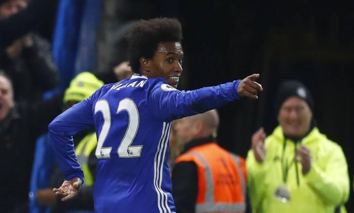 Willian celebra seu segundo gol na vitória do Chelsea sobre o Stoke City Foto: Eddie Keogh / REUTERS