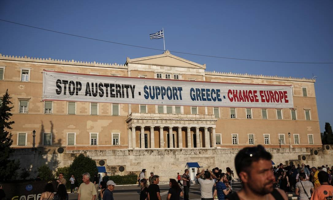 Gregos fazem manifestação em frente ao Parlamento de Atenas, na Grécia, contra o programa de austeridade imposto ao país Foto: Yorgos Karabalis/AP/17-6-2015