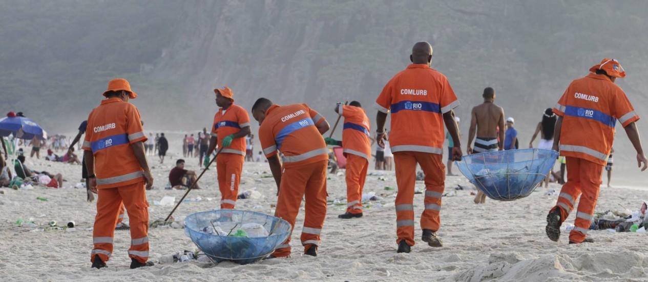 Garis realizam limpeza nas areias de Copacabana Foto: Pedro Teixeira / Agência O Globo