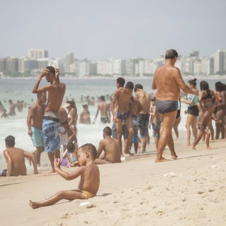Forte calor marcou o primeiro dia do ano e lotou praia de Copacabana Foto: Analice Paron / Agência O Globo