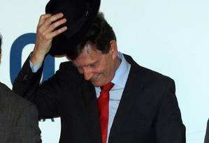 Durante a cerimônia de posse, Crivella foi presenteado com um chapéu pelo secretário Luiz Carlos Ramos. Foto: Paulo Nicolella / O Globo