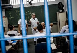 Detentos do CDP 3 de Pinheiros tem a oportunidade se se formar no segundo grau com aulas do PET (Programa de Educação para o Trabalho) Foto: Bruno Santos / O Globo