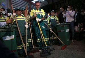O prefeito eleito João Doria (PSDB) começa o primeiro dia de trabalho varrendo a rua e vestido de gari Foto: Agência O Globo