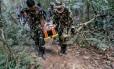 A francesa Muriel Benetulier é transportada em uma maca por guardas florestais tailandeses depois de ser mordida por crocodilo