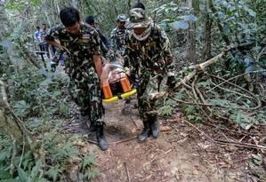 A francesa Muriel Benetulier é transportada em uma maca por guardas florestais tailandeses depois de ser mordida por crocodilo Foto: BMI / AFP