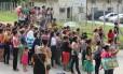 Familiares de detendos se aglomeram em frente ao Instituto Médico Legal de Manaus