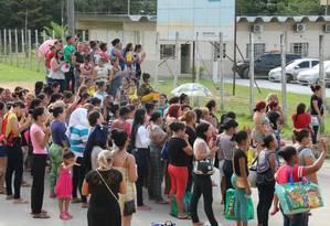 Familiares de detendos se aglomeram em frente ao Instituto Médico Legal de Manaus Foto: Winnetou Almeida