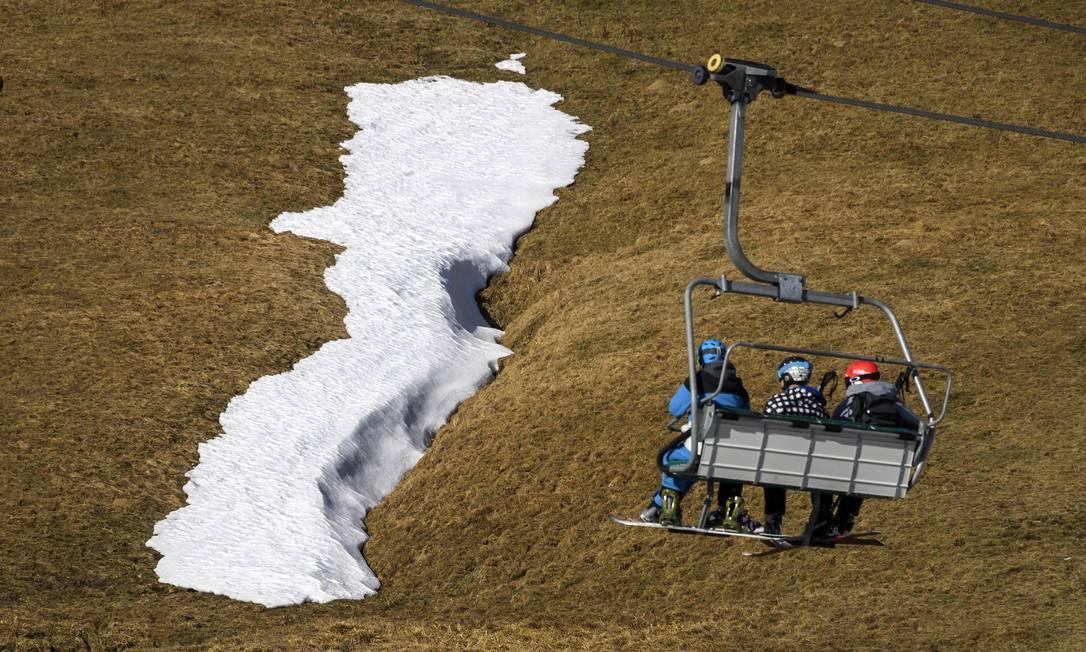 Esquiadores no teleférico no resort dos Alpes de Crosets. A Suíça experimentou seu dezembro o mais seco em mais de 150 anos. FABRICE COFFRINI / AFP