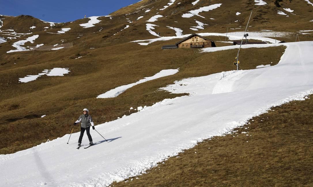 Tratores tiveram que empurrar a neve para criar pequenas pistas FABRICE COFFRINI / AFP