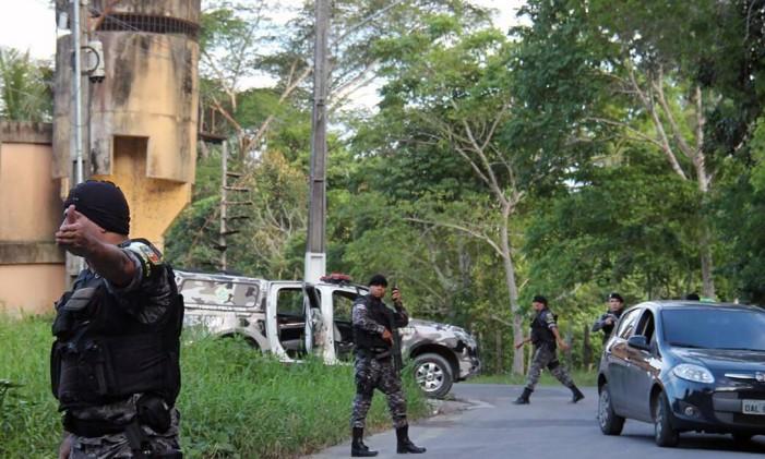 Policiais militares patrulham os arredores do Complexo Penitenciário Anísio Jobim, onde 60 presos foram mortos Foto: Marcio silva / AFP