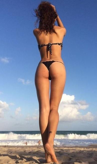 Em seu Instagram, a modelo mostra suas curvas e que está alinhada com as outras tops, fazendo fotos de costas Reprodução/ Instagram