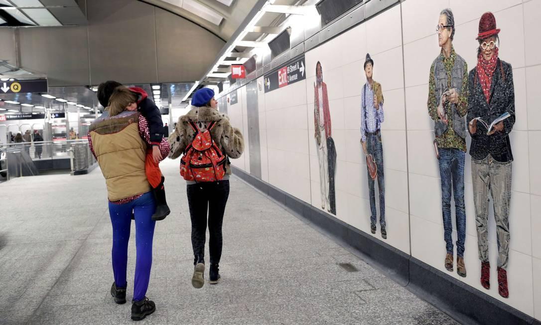 Painel do brasileiro Vik Muniz enfeita um dos corredores da nova estação de metrô da 72nd Street, da recém-inaugurada linha da Segunda Avenida, em Nova York Foto: Yana Paskova / AFP