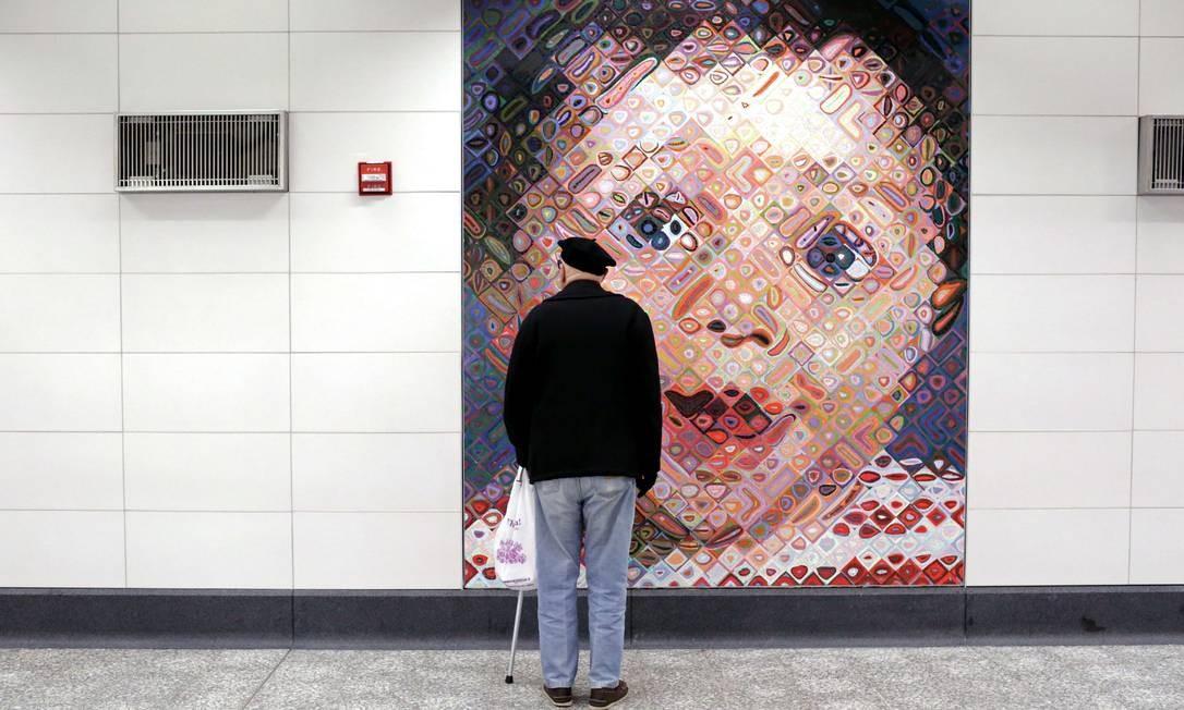 Um dos destaques da nova linha de metrô é a arte usada para decorar seus corredores e plataformas. Como este mosaico de Chuck Close na estação da 86th Street Foto: Yana Paskova / AFP