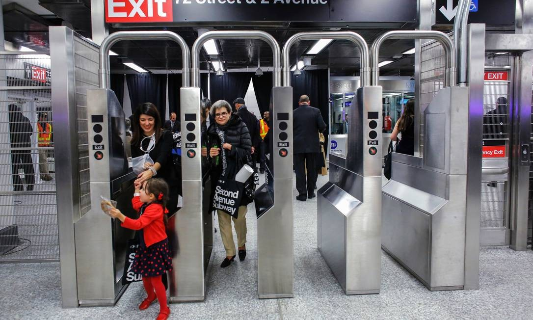 Passageiros passam pelas novas catracas da linha da Segunda Avenida, que ampliará o serviço de metrô no Upper East Side e deverá chegar ao East Harlem nos próximos anos Foto: Kena Betancur / AFP