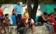 Parentes de presos aguardam informações sobre os mortos no Complexo Penitenciário Anisio Jobim, em Manaus