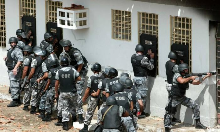 Policiais revistam presos no Presídio Urso Branco, em Porto Velho Foto: Ailton de Freitas/Agência O Globo