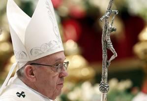Papa Francisco deixa missa de Ano Novo, na Basílica de São Pedro Foto: REMO CASILLI / REUTERS