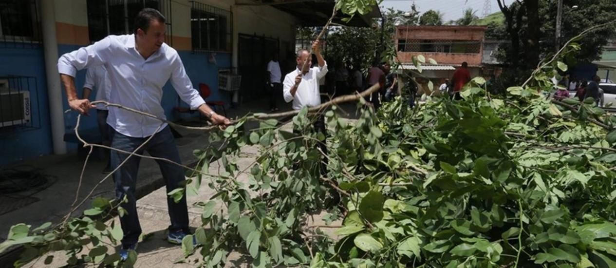 Mãos à obra. Em Belford Roxo, o prefeito Waguinho (à direita) e o vice Canella atuam na limpeza de posto de saúde Foto: Cléber Júnior