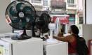 Procura. Consumidora verifica preço de ventilador em loja no Centro do Rio Foto: Paulo Nicolella / Paulo Nicolella