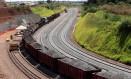 Devagar. Minério é despachado por trecho da ferrovia Norte-Sul: ritmo das obras foi reduzido e trabalhadores cortados Foto: Ailton de Freitas / Ailton de Freitas/15-5-2014