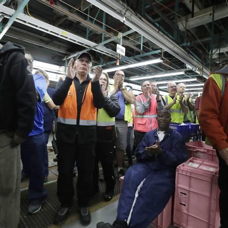 Trabalhadores da fábrica da Ford em Flat Rock aplaudem o CEO da empresa durante anúncio do cancelamento de planta no México Foto: Carlos Osorio / AP