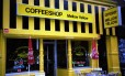 Fachada do Mellow Yellow, coffee shop mais antigo de Amsterdã