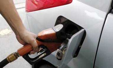 Carro sendo abastecido em posto de gasolina Foto: Domingos Peixoto/14-10-2016
