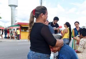 Familiares de presos aguardam informações sobre os mortos em massacre em presídio de Manaus Foto: Chico Batata/ Agência O Globo