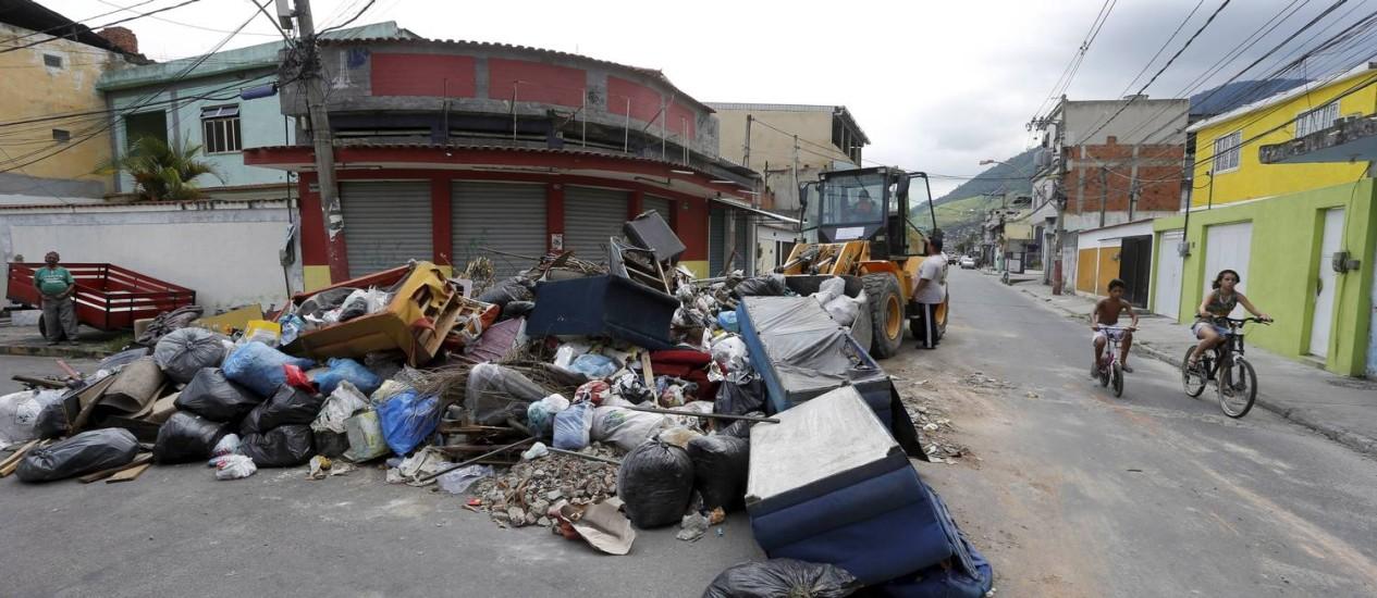 Ruas de Mesquita estão tomadas por lixo Foto: Domingos Peixoto - 03/01/2017 / Agência O Globo