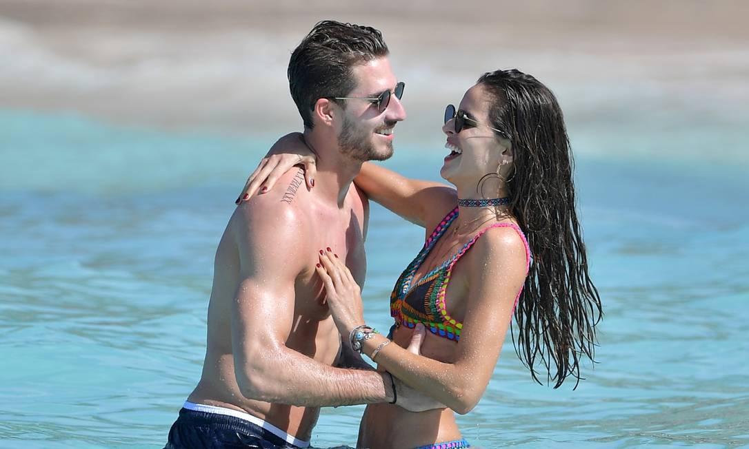 Lá fora, mais especificamente na ilha de St Barths, no Caribe, os holofotes ficaram por conta da modelo Izabel Goulart e o jogador de futebol Kevin Trapp AKMG / AKM-GSI