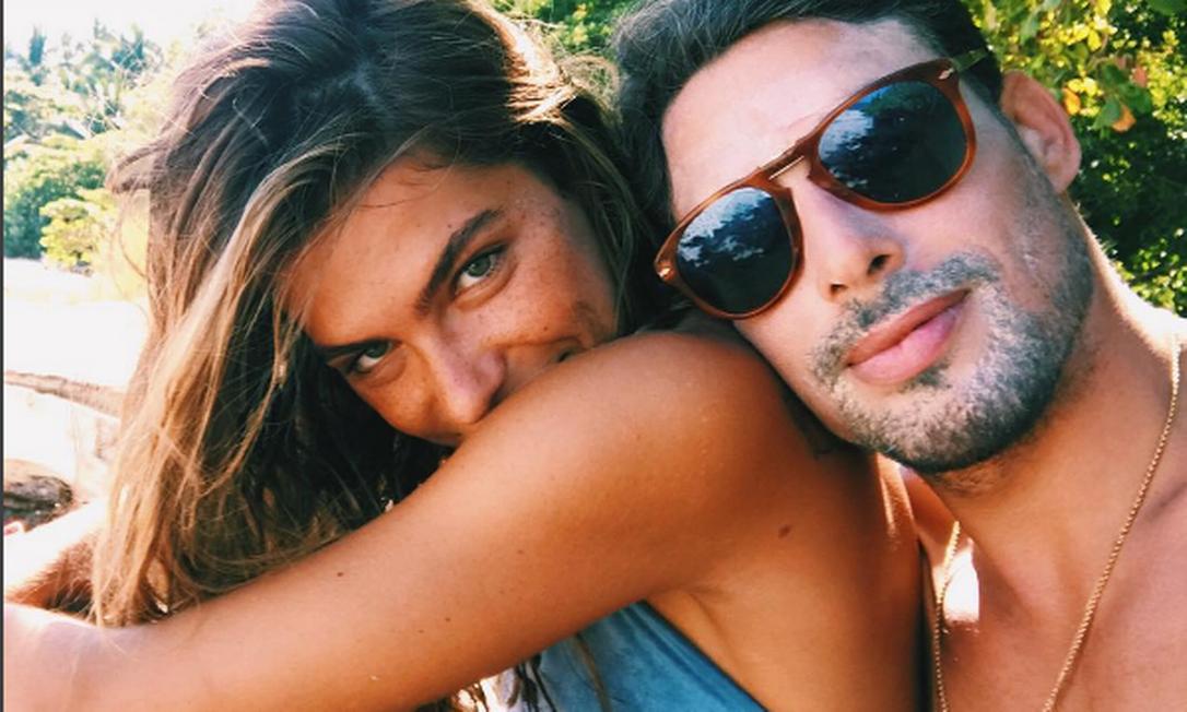 Quem também tem elevado ainda mais as temperaturas das redes é Cauã Reymond e a modelo Mariana Goldfarb. Não há lugar no mundo que combine mais com os dois do que a praia, então... É só checar os cliques da dupla no Instagram Instagram