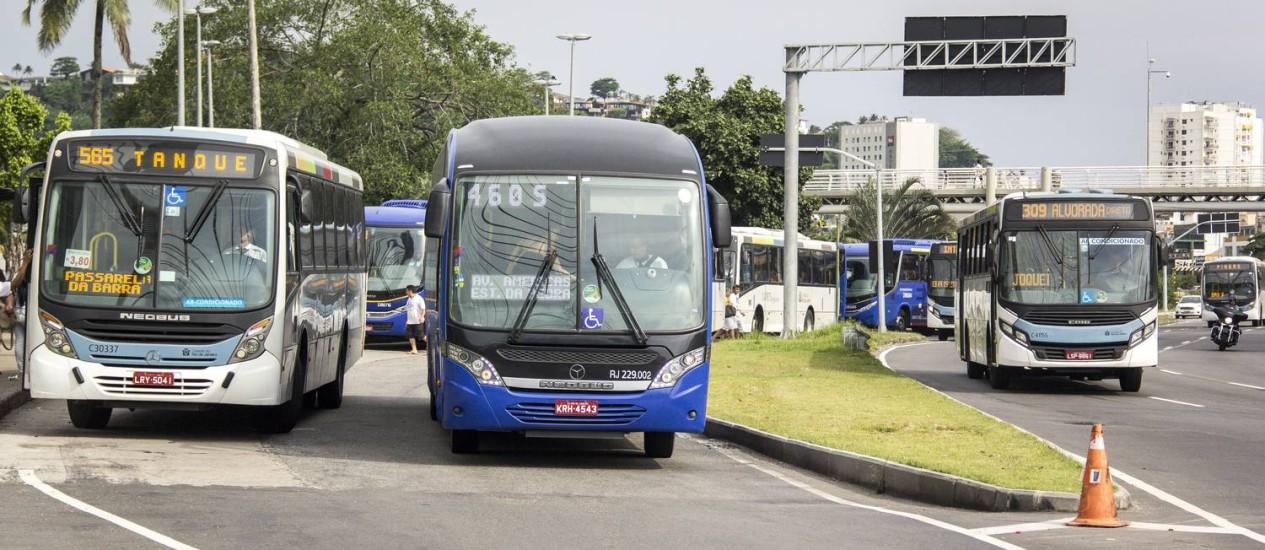 A partir das 22h, ônibus terão que parar fora do ponto para idosos e deficientes Foto: Hermes de Paula - 23/12/2016 / Agência O Globo