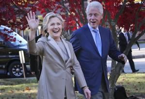 Hillary Clinton e seu marido, o ex-presidente Bill Clinton, cumprimentam simpatizantes depois de votarem nas eleições de 8 de novembro em Chappaqua, Nova York Foto: Seth Wenig / AP