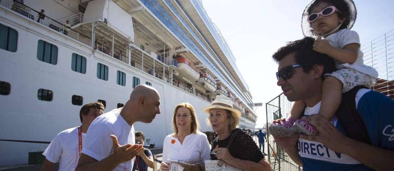 Secretário de Turismo do Rio, Marcelo Alves, recebe turistas no Porto Foto: Mônica Imbuzeiro / Agência O Globo